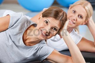 Lachende Frau im Fitnesscenter