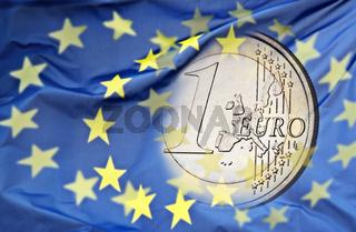 Euromünze und europäische Flagge
