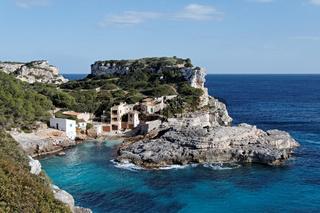 Bootshäuser in der Bucht Cala S´Amonia auf Mallorca