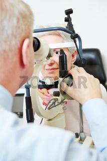 Augenarzt untersucht Seniorin