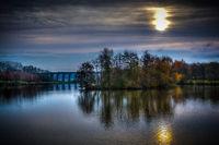 Herbstlicher See bei Sonnenaufgang