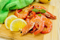 Shrimps on board with lemon