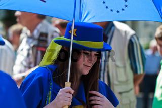 Frau mit einem blauen Hut