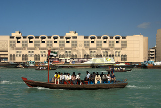 Abra Wassertaxi auf dem Dubai Creek zwischen den Stadtteilen Bur Dubai und Deira