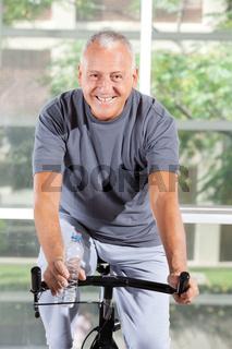 Senior auf einem Hometrainer