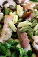 Cavatelli Misti mit Feldsalat und Forelle