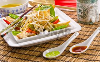 Original thailändisch schaf gebratenes Hähnchenbrustfilet mit grünen Thai-Bohnen