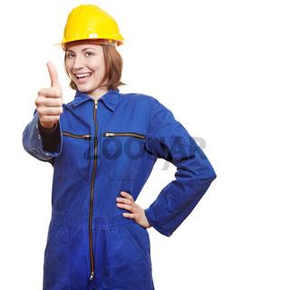 Frau in Arbeitskleidung hält Daumen hoch