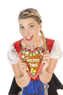 Blonde junge Frau im Dirndl mit Lebkuchenherz