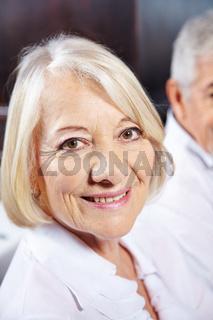 Gesicht einer lächelnden Seniorin