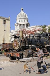 alte Lokomotive vor Kapitol in Altstadt von Havanna
