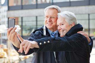 Senioren fotografieren mit Smartphone