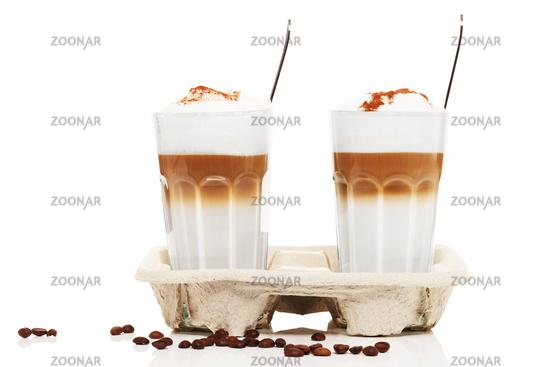 latte macchiato to go mit schokoladenpulver und kaffee bohnen