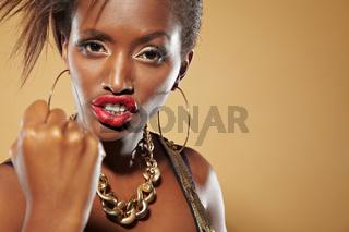 Afrikanerin droht mit Faust