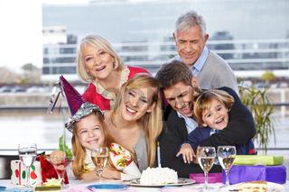 Familie hat Spaß beim Kindergeburtstag