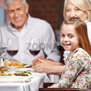 Großeltern mit Enkelin im Restaurant