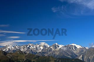 Panorama der Walliser Alpen unter blauen Himmel,