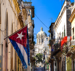 Karibik Kuba Havanna Capitol mit Nationalflagge