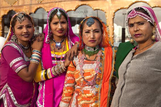 Indische Tänzerinnen in traditioneller Kleidung
