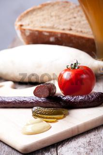 Kaminwurzen, Senf und Brot