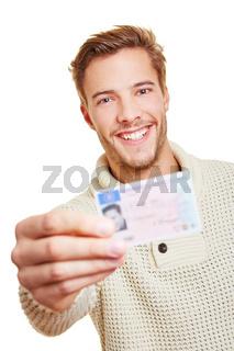 Lachender Mann mit Führerschein