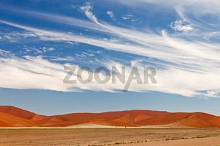 Wolken über der Wüste Namib