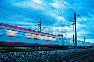 Zug in der Nacht. Nachtzug der ÖBB
