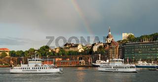 Fähren im Hafen von Stockholm mit Regenbogen
