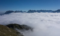 Ausblick vom Gipfel eins Berges auf Wolkendecke