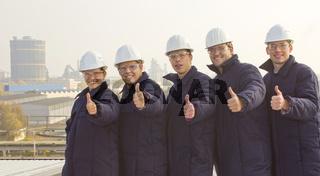 freundliche und begeisterte Azubi in Arbeitskleidung