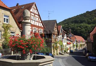 Brunnen und Altstadtgasse in Zeil am Main, Landkreis Haßberge, Unterfranken, Bayern, Deutschland