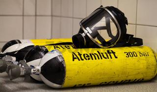 Feuerwehr Sauerstoff Flaschen mit Atem Schutzmaske