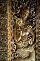 Goldenes Relief aus einem Tempel in Laos