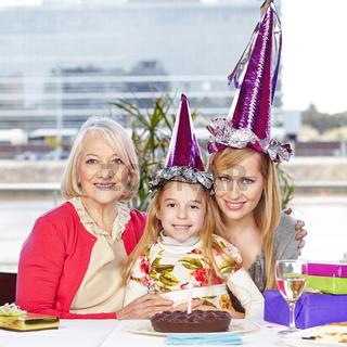 Tochter feiert Geburtstag mit Oma und Mutter