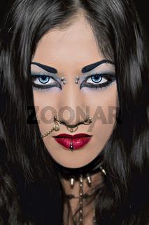 junges Piercing Model mit kreativem make up