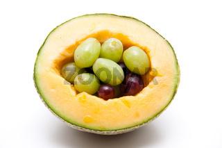 Melone mit Trauben gefuellt