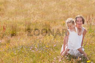 Mutter und ihre Tochter geniessen einen Sommertag