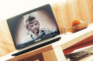 Laptop mit Hintergrundbild