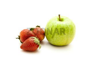 Grüner Apfel mit Erdbeeren