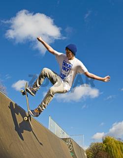 Zwölfjähriger Skater, Lohserampe, Skateboardbahn in Köln, Nordrhein-Westfalen, Deutschland, Europa