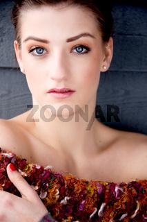 Junge Frau mit dunklen haaren und wollpullover