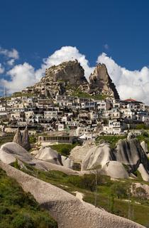 Der Ort Uchisar mit Burgfels, Kappadokien,Türkei