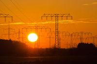 Sonnenuntergang hinter einer Stromtrasse