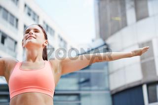 Frau macht Atemübung zur Entspannung