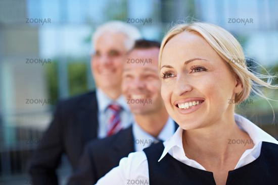 Lachende Geschäftsfrau mit Team