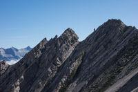Gesteinsschichten eines Berges in Tirol