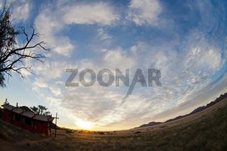 Camp in der Wüste bei Sonnenuntergang