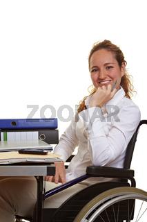 Frau im Rollstuhl am Arbeitsplatz