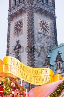 Rathausturm und der Hamburger Weihnachtsmarkt