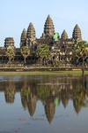 DieTempelanlage Angkor Wat spiegelt sich in einem See